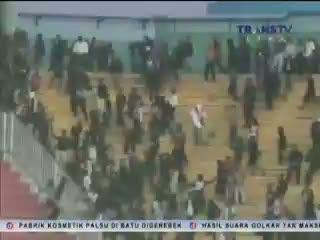 Suporter PSS Sleman Saling Serang dengan Suporter PSM