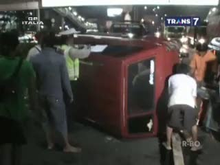Hilang Kendali, Mobil Terbalik di Tol