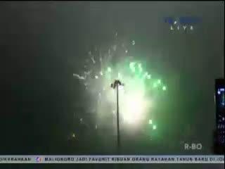 Riuh Tiupan Terompet dan Gemerlap Kembang Api di Malam Tahun Baru