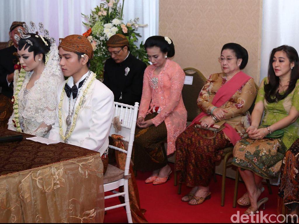 Akad nikah berlangsung pagi dan resepsi pada malam hari. Lokasi gedung resepsi tersebut tidak jauh dari kediaman Jokowi. Sejumlah tokoh pejabat hingga pedagang diundang menghadiri resepsi Gibran-Selvi. Foto: poll