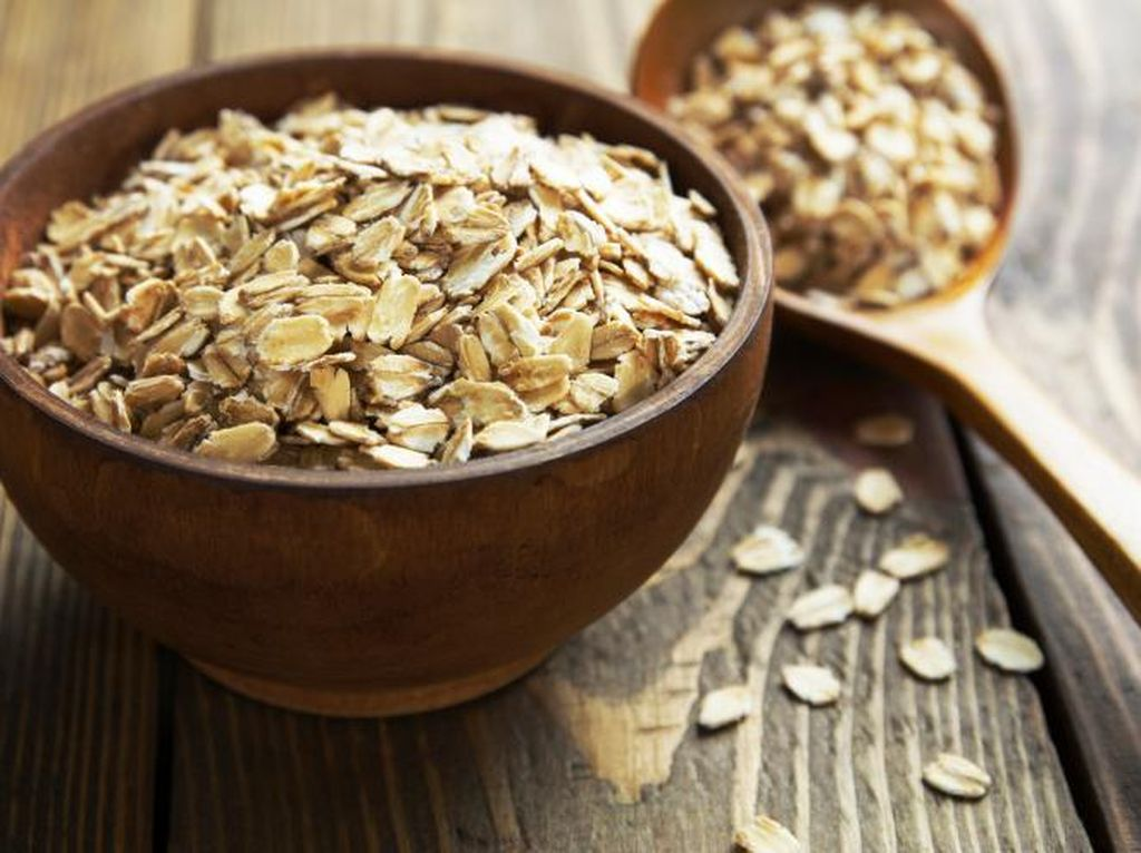 Satu lagi makanan sehat yang terbilang murah, oat. Cocok dimakan pagi hari untuk mengisi energi atau diolah jadi overnight oat. Jangan lupa tambahkan ragam buah dan kacang agar nutrisinya makin lengkap. Harganya? Sekitar Rp 13.000 per 500 gram. Foto: Thinkstock