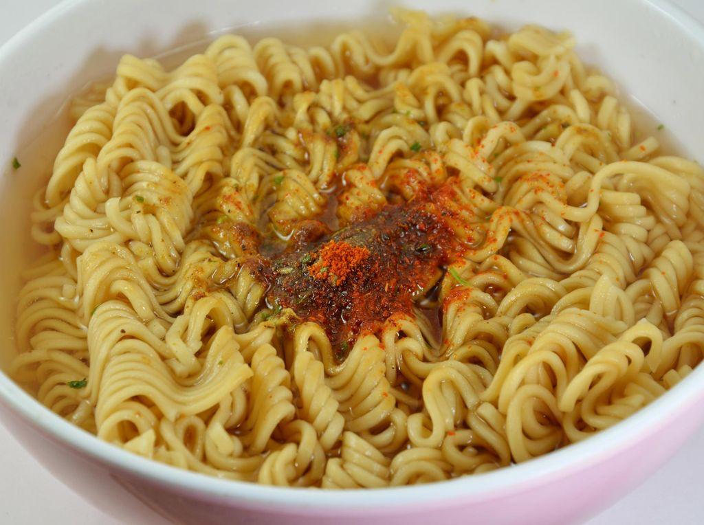 Makan Mi Instan dengan Nasi, Telur dan Sosis, Sudahkah Nutrisinya Tercukupi?