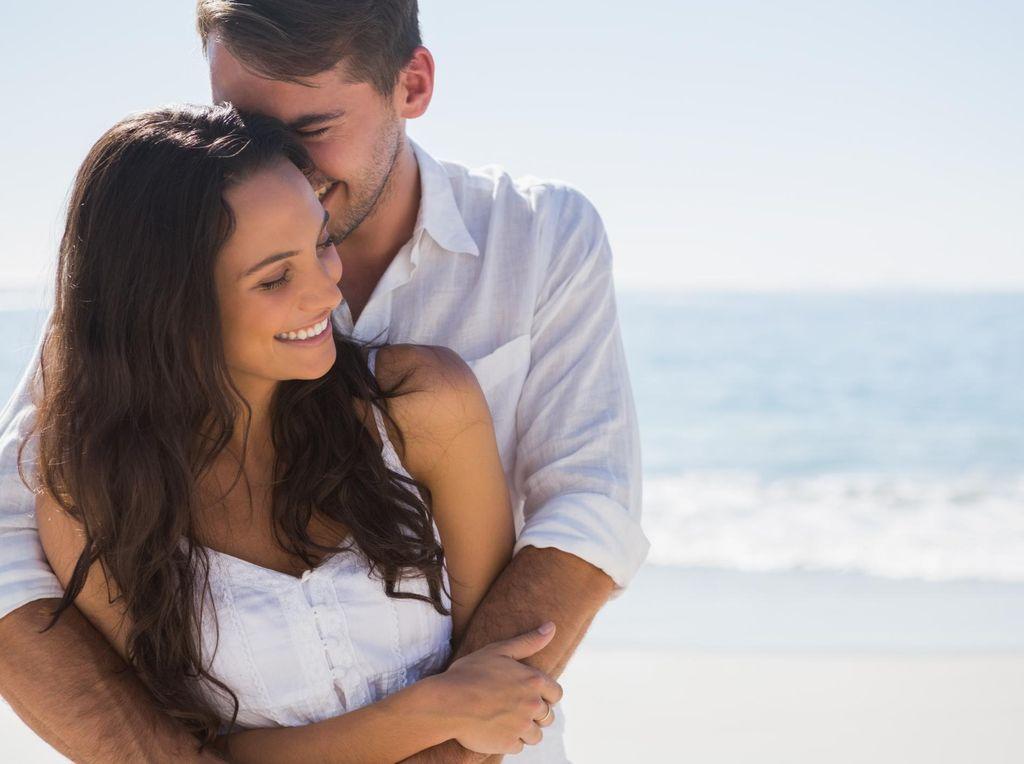 Mengapa Sering Keluar Cairan Saat Memeluk Istri?