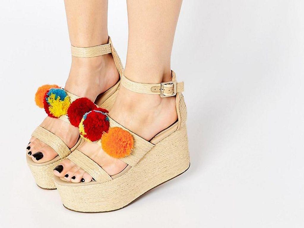 Editors Choice: Atraktif dengan Variasi 5 Sepatu Aksen Pom Pom