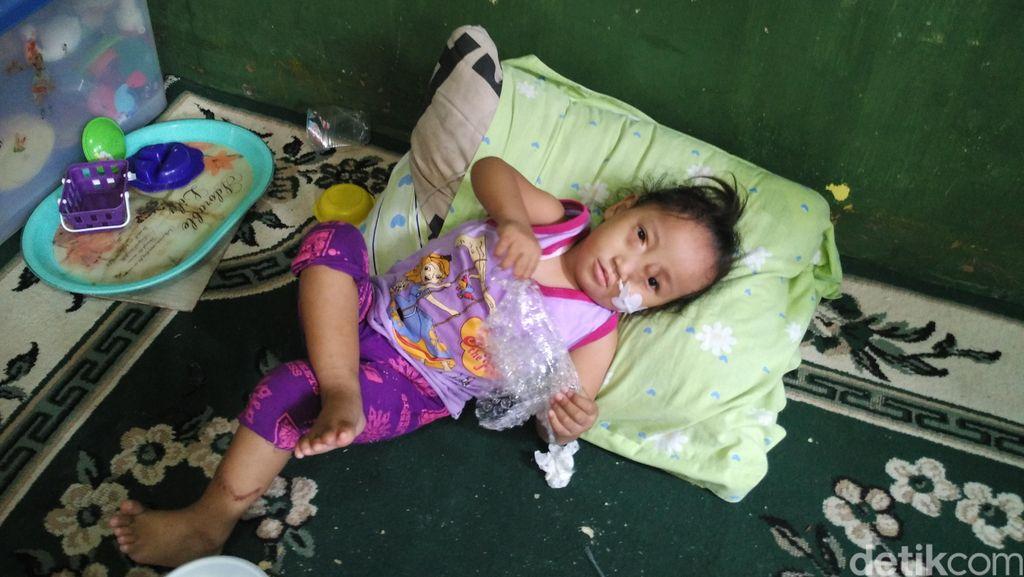 Potret Siti Maemunah Bikin Celengan untuk Kebutuhan Anaknya yang Cacat Lahir