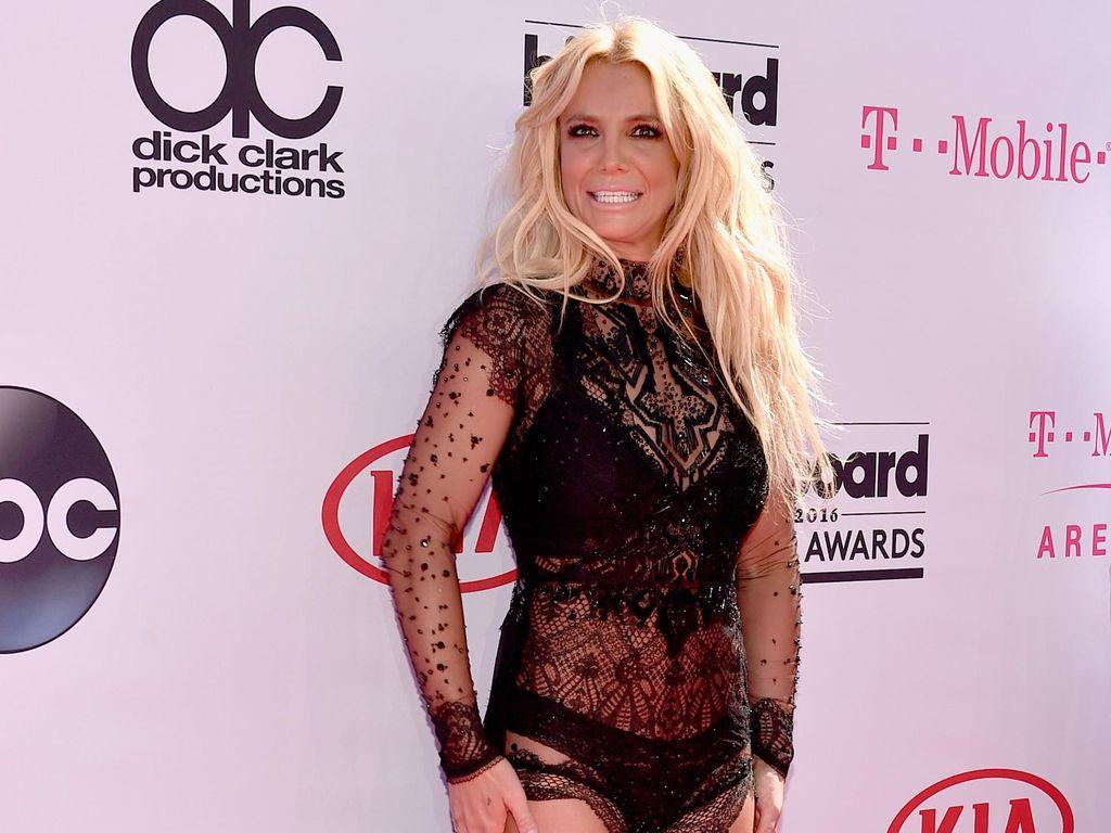 Foto: 10 Gaya Seksi Britney Spears Tampil dengan Busana Menerawang