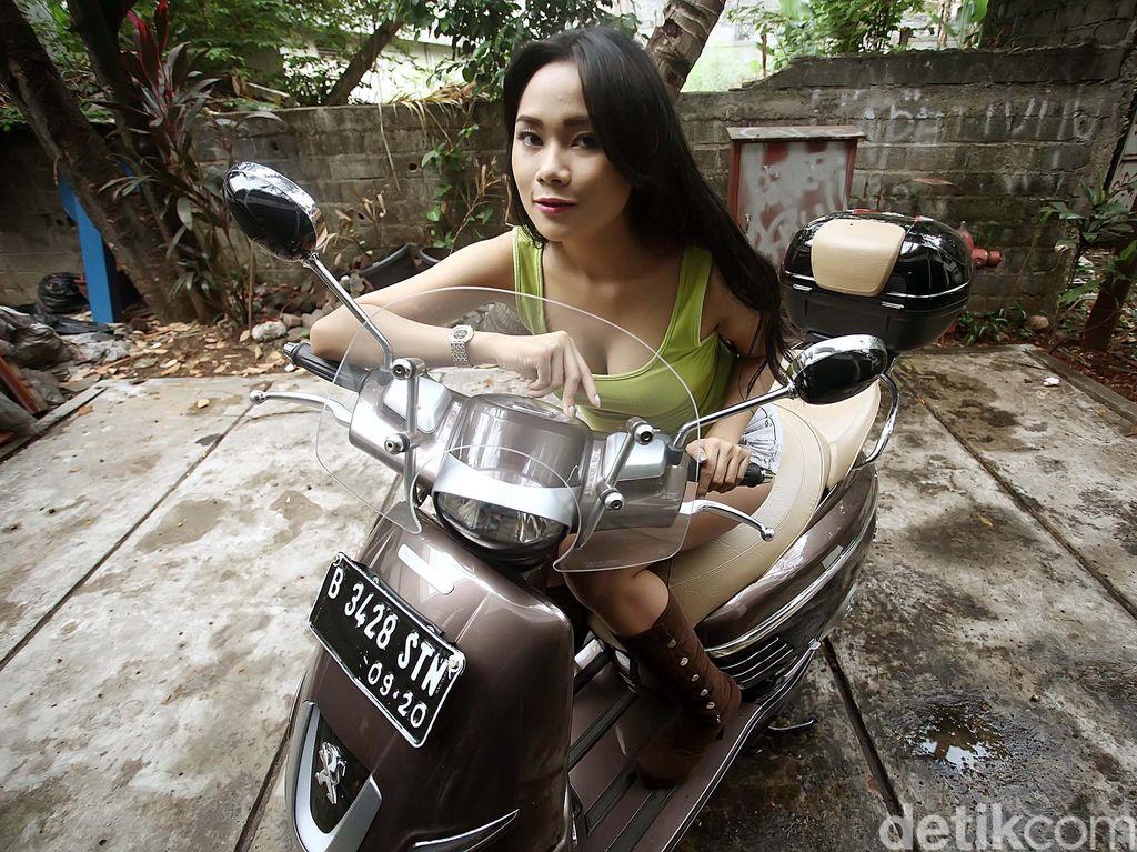 Di tengah guyuran hujan deras di Ibukota, detikOto kedatangan Otobabes, Layla Vitria. Model berusia 23 tahun itu datang dengan senyuman yang memukau mata memandang. Pose demi pose ia lakukan dengan enjoy meski gemercik hujan sempat mengenai lekuk tubuhnya.Foto: Rachman Haryanto