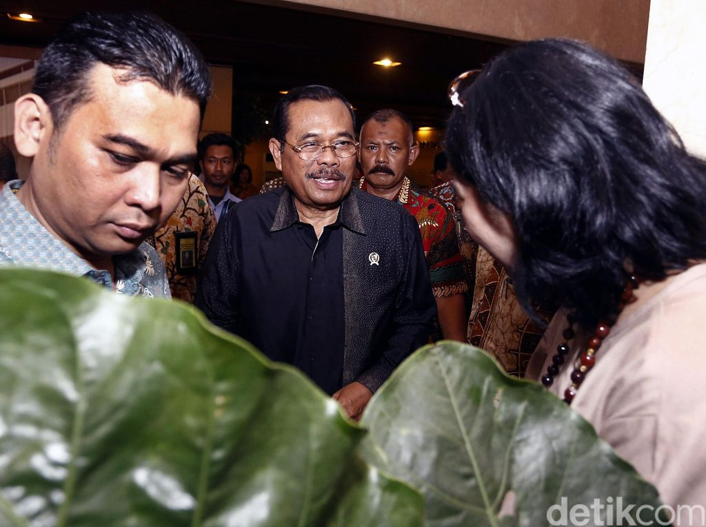 Jaksa Agung HM Prasetyo menjawab pertanyaan wartawan.