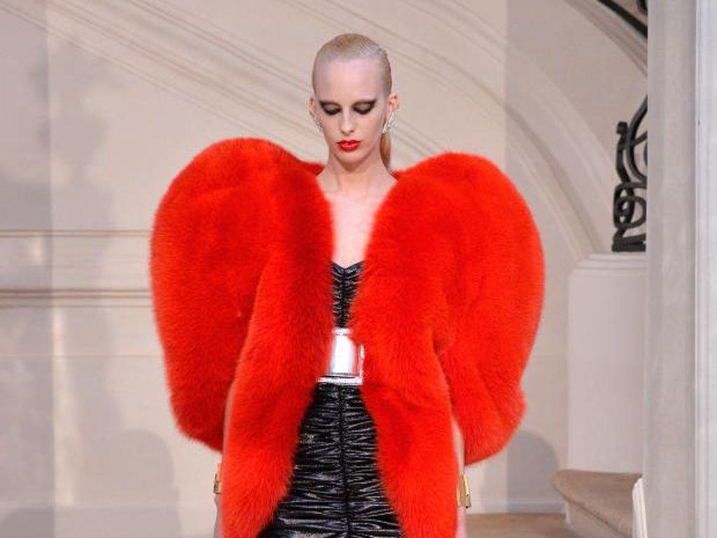 Whats Hot: Mantel Bulu Bentuk Hati Saint Laurent Incaran Fashionista Dunia