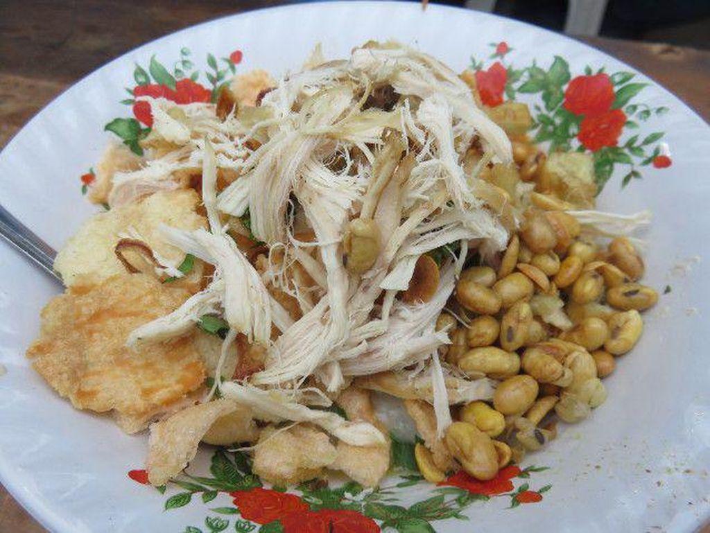 Bubur ayam Sukabumi ini memakai tongcai dan emping sebagai pelengkap. Kalau mau bisa tambah telur ayam kampung yang diaduk dengan bubur panas dan kental.