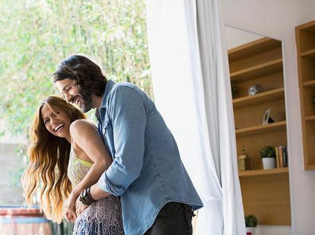 7 Gaya Bercinta untuk Istri yang Kurang PD dengan Tubuhnya