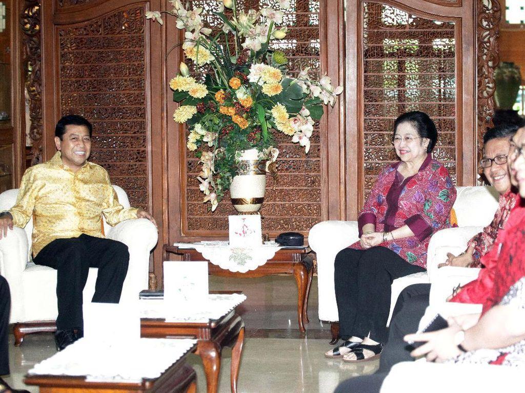 Pertemuan digelar tertutup, pewarta hanya diizinkan mengambil gambar. Dalam ruangan, sang tuan rumah Megawati langsung menyambut.