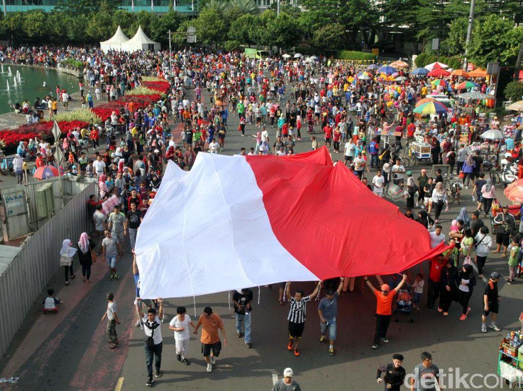 Ribuan massa ikut arak-arakan karnaval Cinta Negara Kesatuan Republik Indonesia (NKRI) yang digelar di Patung Kuda, Monas dan long march menuju Thamrin, Jakarta Pusat, Minggu (20/11/2016).
