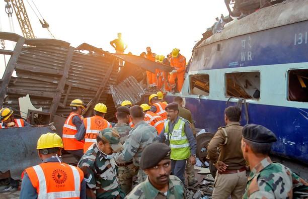 Ini Penampakan Kecelakaan Kereta di India Yang Tewaskan 119 Orang