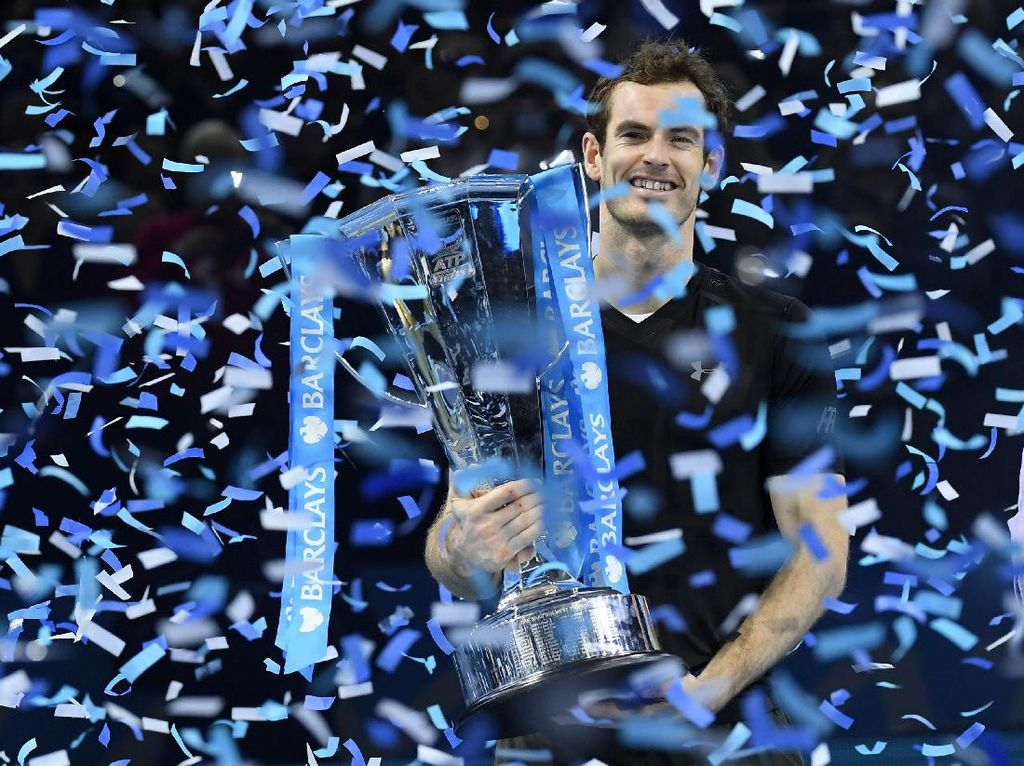 Andy Murray menerima trofi juara ATP World Tour Finals. Toby Melville/Reuters/detikFoto.