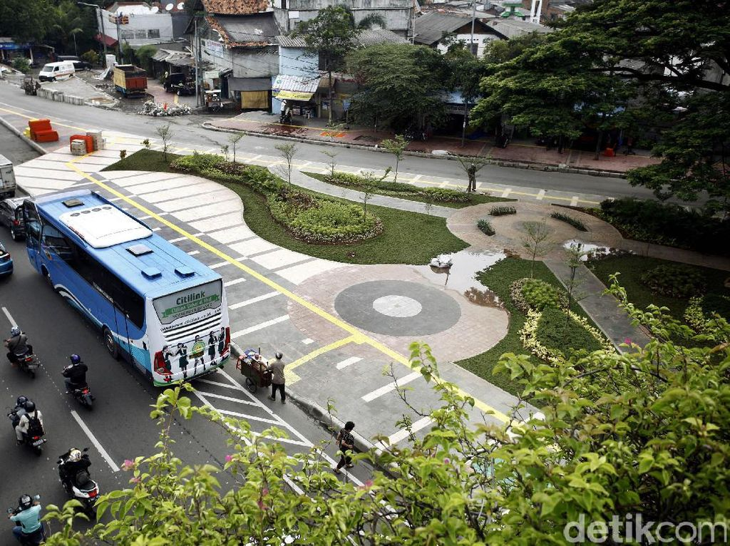 Trotoar di Jalan Baru, Tanah Abang, Jakarta Pusat, dilengkapi dengan taman.