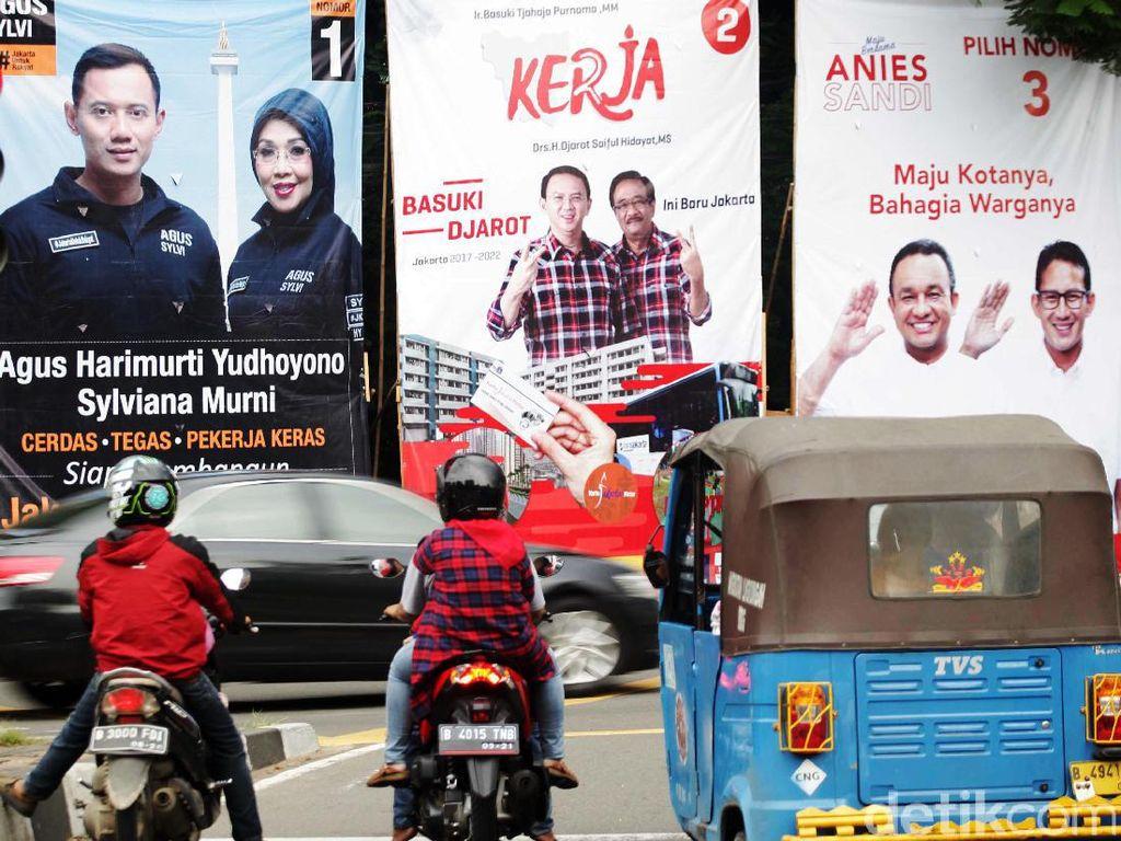 Baliho kampanye cagub dan cawagub DKI terpampang di pertigaan Patung Tani, Jakarta Pusat.