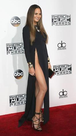 Chrissy Teigen Tertangkap Kamera Tak Pakai Underwear di American Music Awards