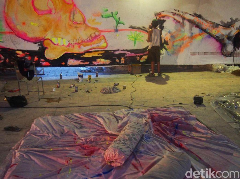 Tidak kurang dari 11 pelukis terlibat dalam Fabriek Fikr 2. Mereka intens selalu berada di Colomadu untuk menuangkan karya-karya lukisnya, bahkan sejak sepekan sebelum acara resmi dibuka.