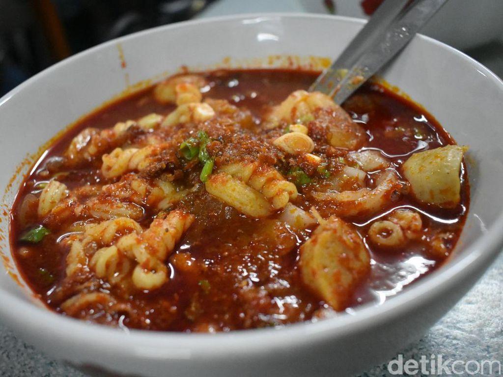 Makanan pedas berkuah asal Jawa Barat ini juga terkenal hingga ke Jakarta. Seblak Jeletet Murni yang ada di Pademangan ini banyak diantre pecinta pedas. Seblak dengan aneka isian ini semakin enak di padu dengan kuah pedas. Ada level 0 hingga 5. Huah, pedas!