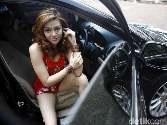 Si Cantik Veronika Jane di Honda CR-V