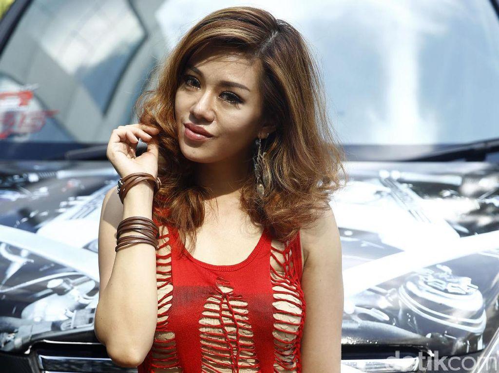 Oleh karenanya, model cantik ini tidak memiliki keinginan untuk menyetir mobilnya sendiri di tengah Ibukota Jakarta.