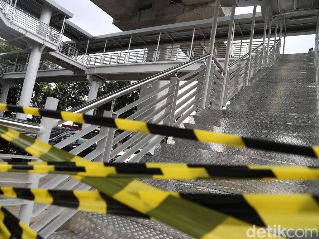 Curamnya anak tangga terutama terasa ketika turun. Jika cuaca hujan dikhawatirkan permukaan tangga yang terbuat dari besi menjadi licin dan membahayakan pengguna.