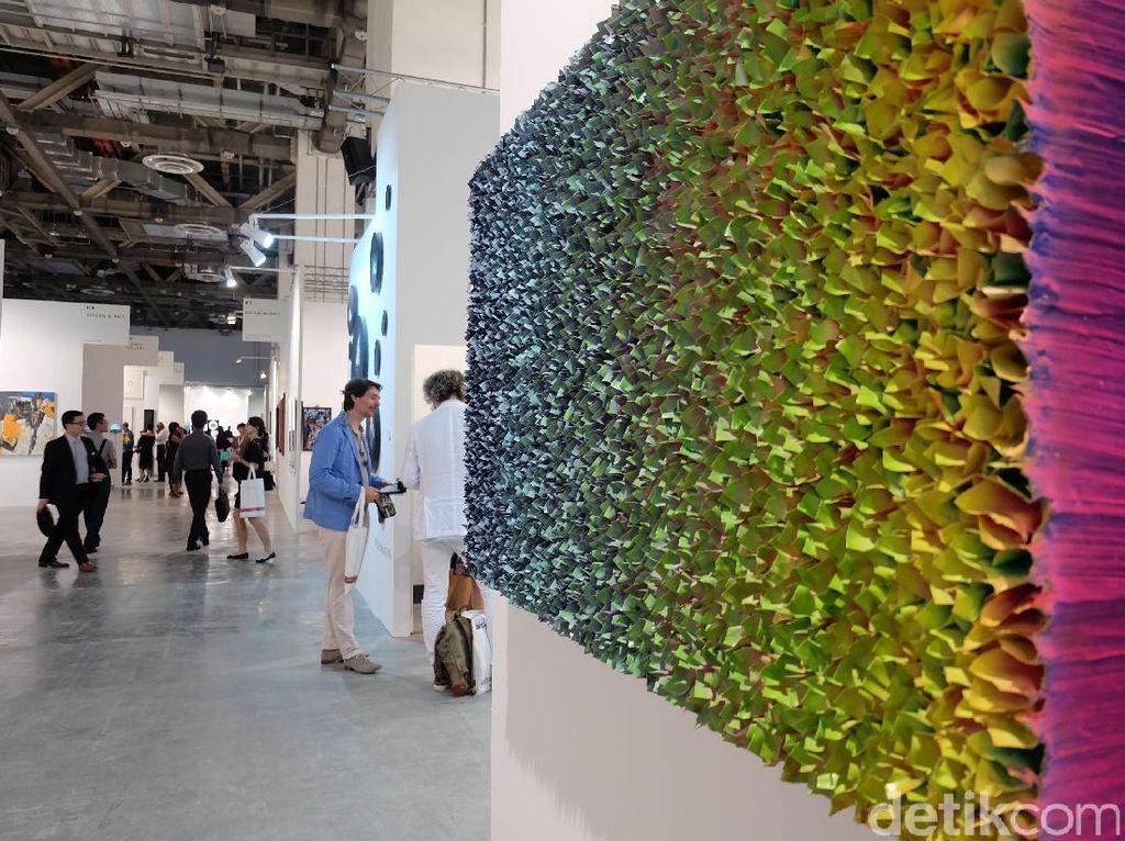 Salah satu karya menarik di Art Stage Singapore 2017 adalah karya yang terdiri dari puluhan kertas origami di salah satu galeri seni.