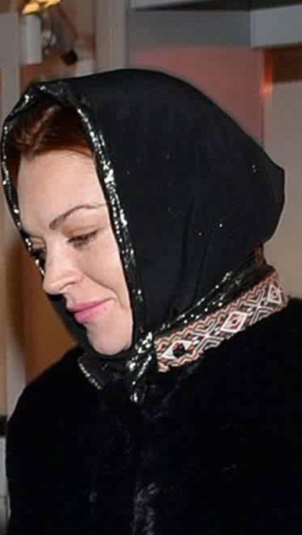Lindsay Lohan Kerjasama dengan Desainer Hijab Rilis Busana Modest Wear?