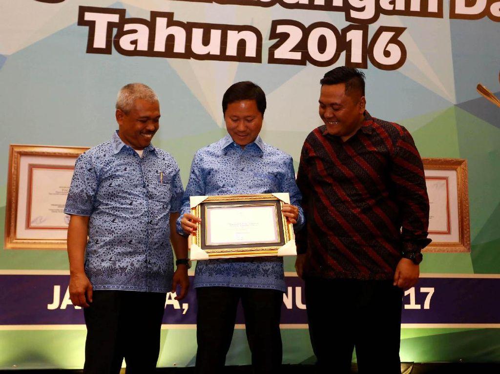 (Ki-ka) GM Area Bisnis Big Bird Agus Subroto, Direktur PT Blue Bird Tbk Sigit Priawan Djokosoetono, dan GM Big Bird Pusaka Surabaya Rito Sudarmawan menunjukkan piagam penghargaan dari Kementerian Perhubungan. Pool/Blue Bird.