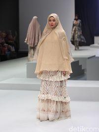 1111fae2 b9c0 495e 8bd2 d9fd80c1a852_34?w=650 gaya baru busana muslim syar'i di indonesia fashion week 2017,Model Baju Ihrom Wanita