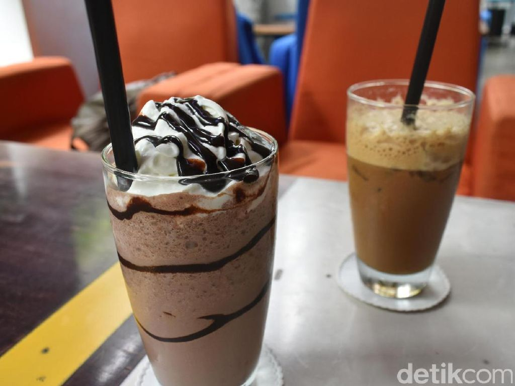 Menikmati Racikan Es Kopi Indonesia di Kafe Cantik!