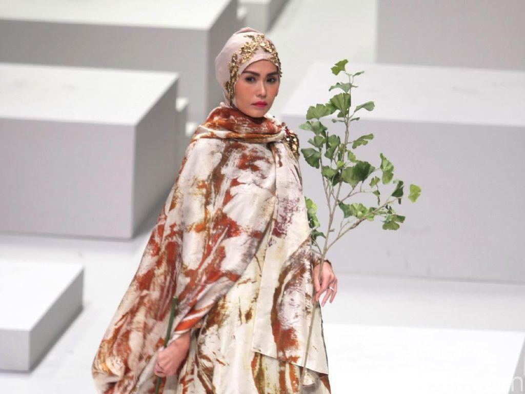 Foto: Koleksi Dian Pelangi for Wardah di Indonesia Fashion Week 2017