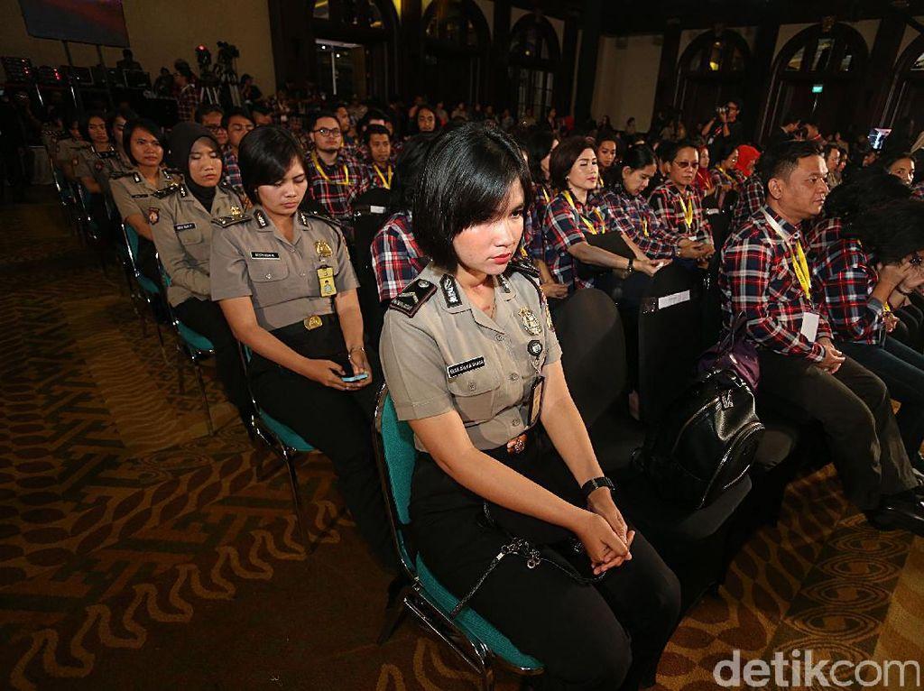 Mereka duduk diantara para pendukung pasangan calon cagub-cawagub DKI Jakarta.