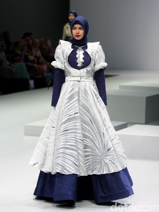 Foto Koleksi Ria Baraba Di Indonesia Fashion Week 2017