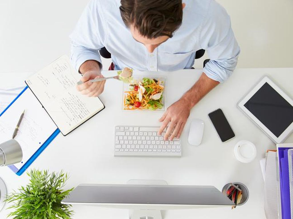 Tak Fokus, Makan Siang Sambil Nonton YouTube Bisa Bikin Gemuk