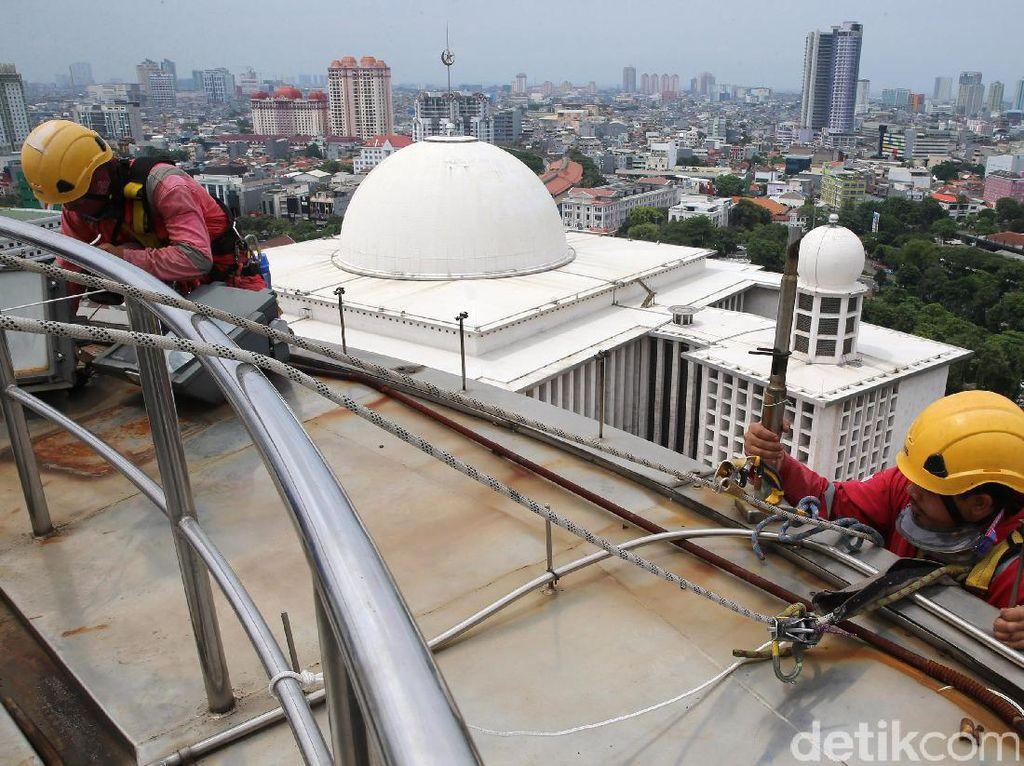 Pemandangan Kota Jakarta dari atas menara Masjid Istiqlal.