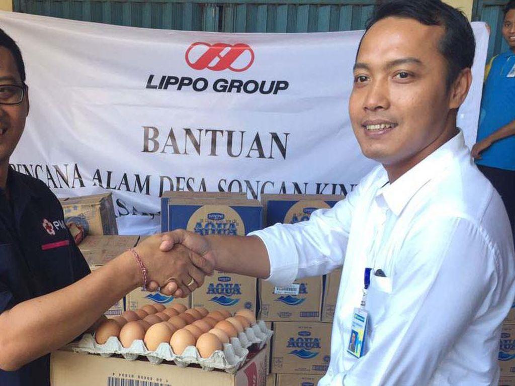 Bantuan diserahkan oleh Manager Hypermart Bali Galeria Budi Siswanto (kanan) kepada PMI di Denpasar, Senin (14/2). Pool/dok. Lippo Group.