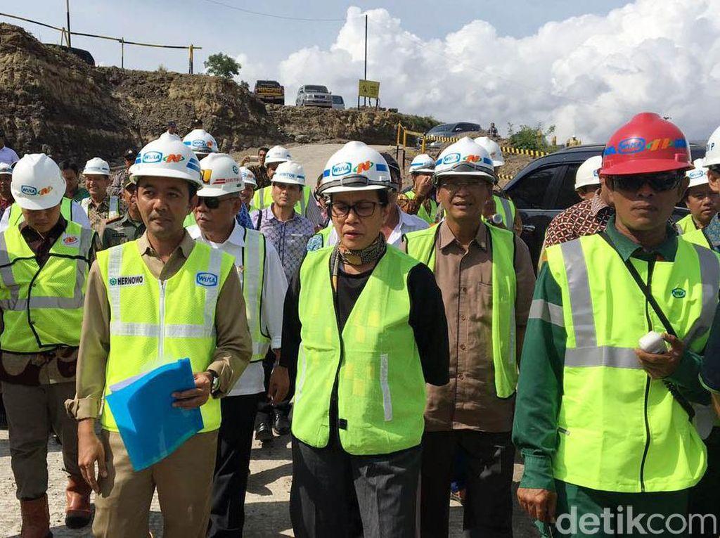 Setelah blusukan ke proyek jalan Tol Semarang-Solo, tepatnya di seksi III Bawen-Salatiga, kali ini Sri Mulyani rela berpanas-panasan di lokasi proyek pembangunan Waduk Logung yang terletak di Kabupaten Kudus.