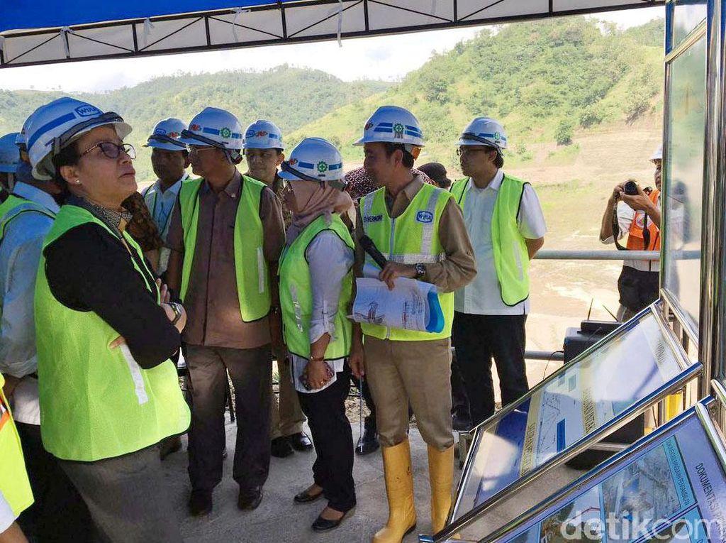 Sri Mulyani mendapatkan paparan terkait progres pembangunan waduk. Dirinya begitu antusias mendengarkan paparan proyek yang disampaikan.