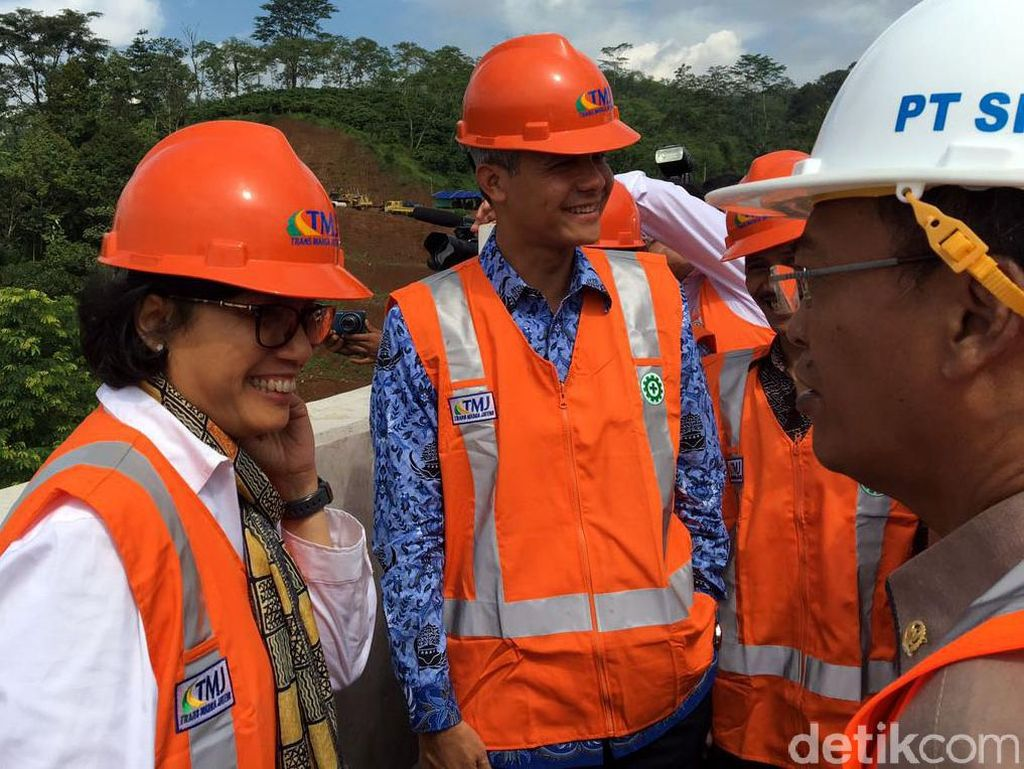Sri Mulyani memang sengaja datang ke Semarang untuk melihat proyek tol Trans Jawa. Sehari sebelumnya, dirinya sempat mengisi kuliah umum bertema APBN yang Kredibel di Kampus Universitas Diponegoro (Undip), Tembalang, Semarang.