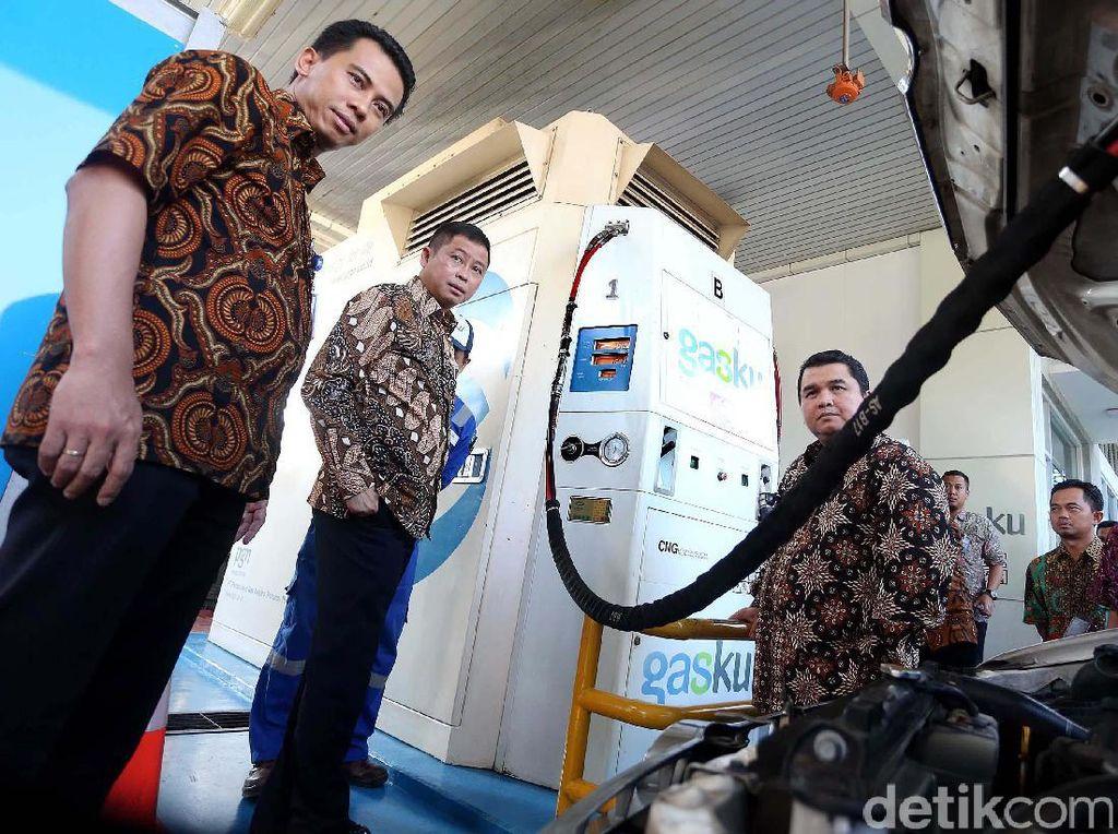 Menteri ESDM Ignasius Jonan didampingi Direktur Utama PGN Hendi Prio Santoso meninjau SPBG PGN di Jakarta, Jumat (17/2).