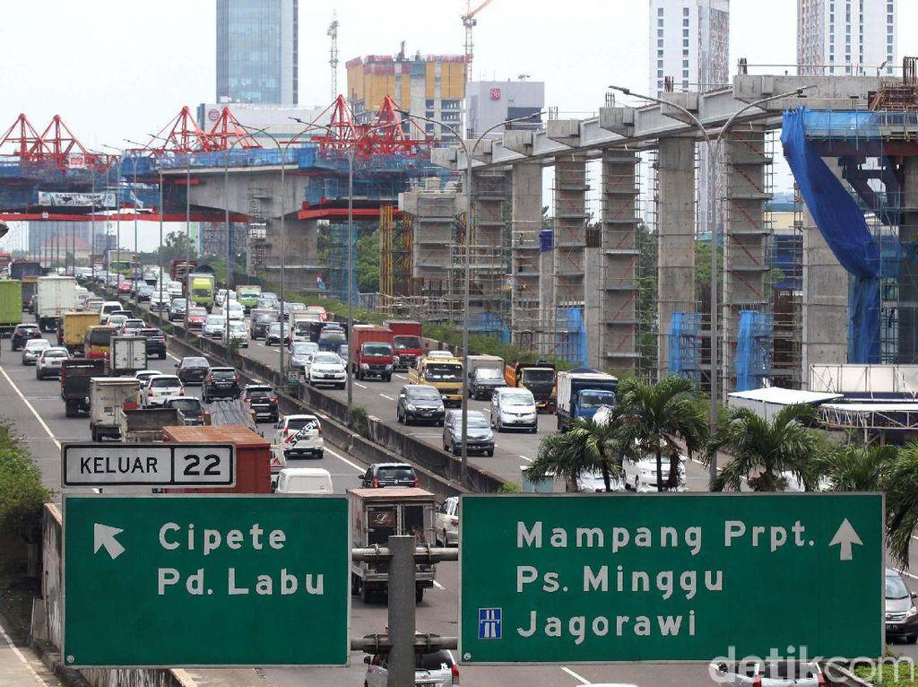 Para pekerja menyelesaikan proyek pembangunan mass rapid transit (MRT).