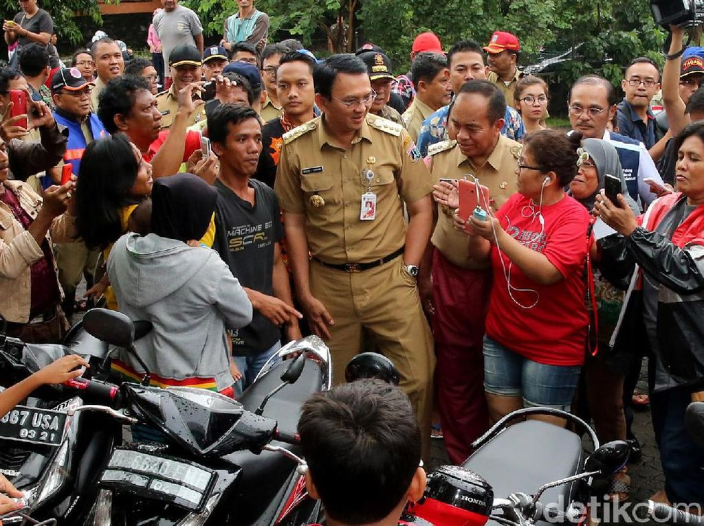 Ahok Kunjungi Pengungsi Banjir Cipinang Melayu
