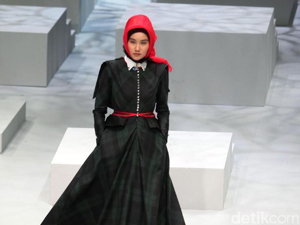 Foto: Koleksi Kursein Karzai di Indonesia Fashion Week 2017