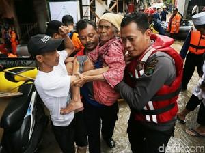 Aksi Heroik Petugas Evakuasi Warga Cipinang Melayu