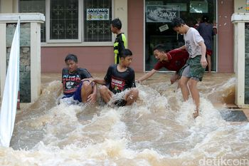 Banjir di Cipinang Indah Jadi Arena Bermain Anak-anak