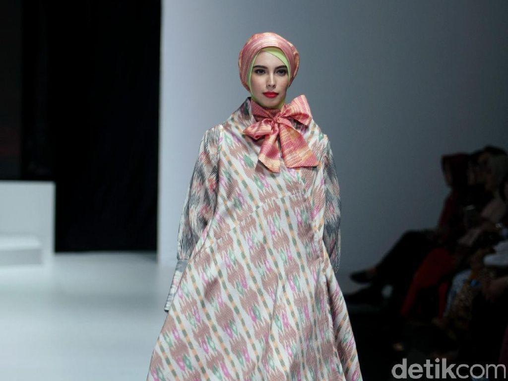 Foto: Koleksi Iva Lativah di Indonesia Fashion Week 2017