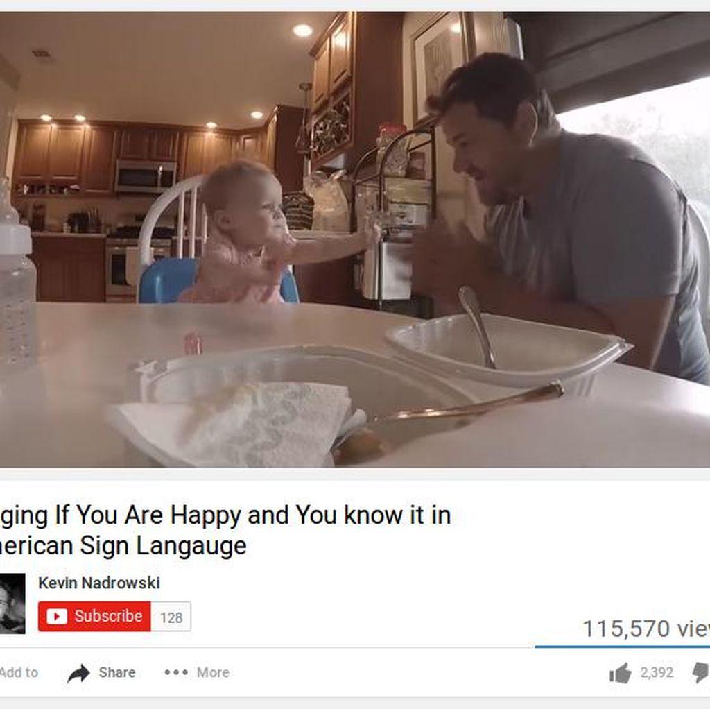 Saat Ayah dan Anak yang Sama-sama Tunarungu Bernyanyi dengan Bahasa Isyarat