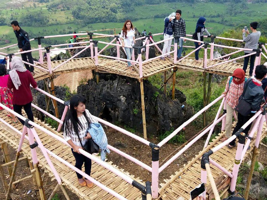 Potret Jembatan Hati Karang Para yang Sedang Hits di Sukabumi